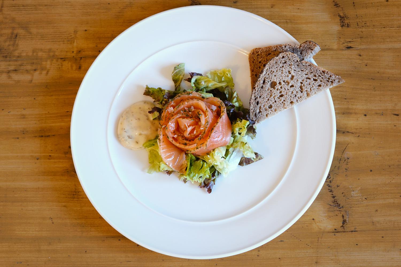 GRAVLAX — marinovaný losos s hořčičnou omáčkou a žitným chlebem