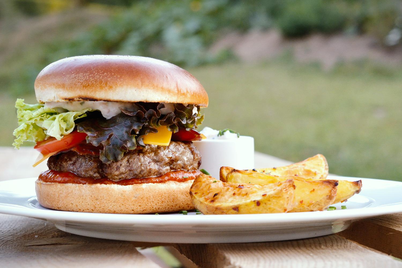 ANGUS BURGER  — s tyrolským špekem, cheddarem, BBQ omáčkou, kaparovou majonézou achilli bramborami