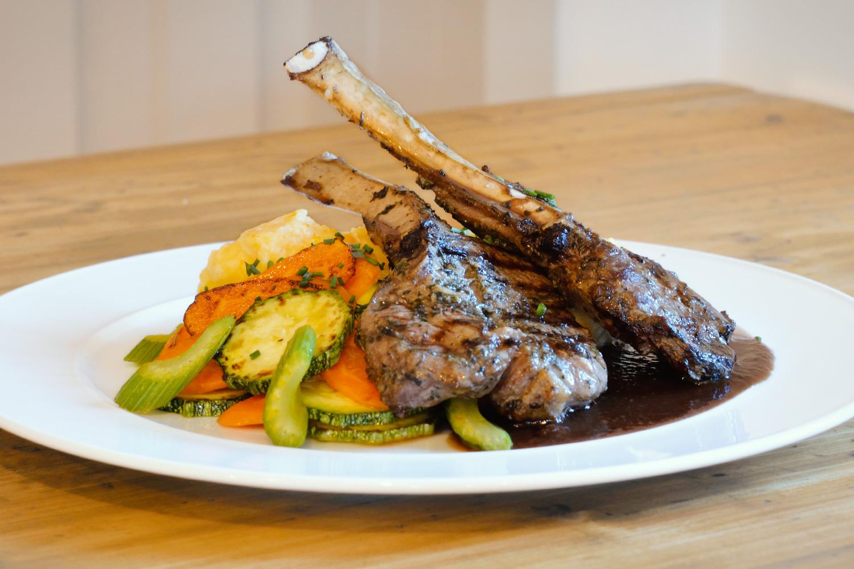 JEHNĚČÍ KOTLETKY — marinované v bylinkách s restovanou zeleninou, bramborovo-mrkvovou kaší a omáčkou z červeného vína
